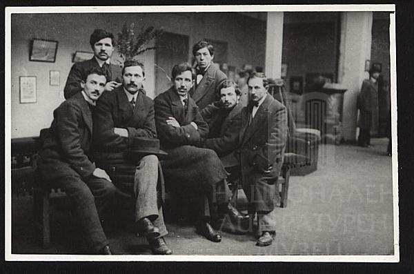 Константин Щъркелов (в средата), Григор Василев и др. на откриване на изложба на художника, 1914 г.