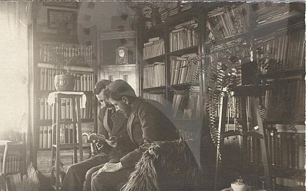 Константин Щъркелов и Григор Василев в дома на Василев, 1920 г.