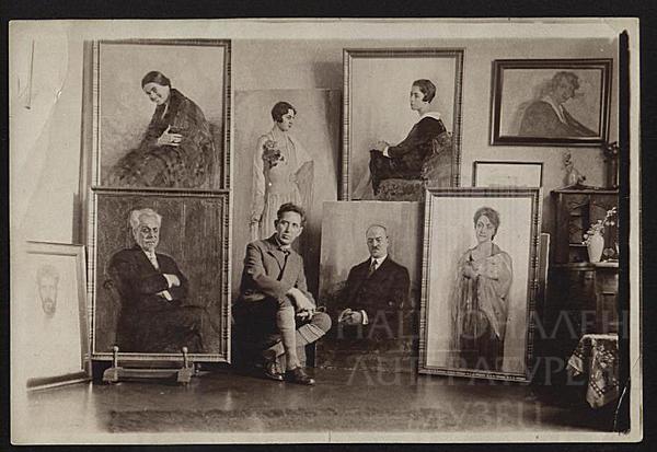 Константин Щъркелов пред портретите на Христо Станишев, Мара Василева и др., 1928 г.