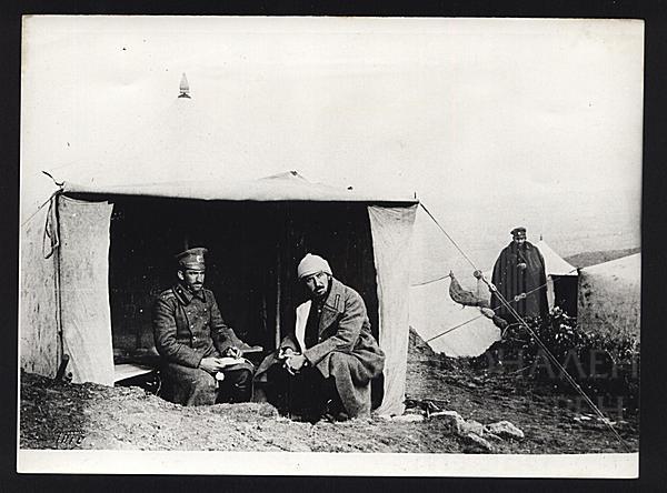 Константин Щъркелов и журналистът Йордан Мечкаров на бивак около Дойранското езеро. 1917 г.